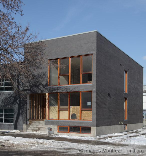 Maison contemporaine sur jeanne mance montr al for Maison moderne montreal