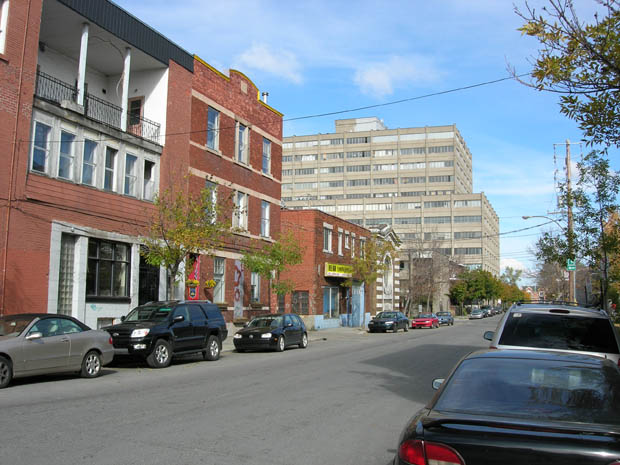Rue Maguire au coin de Saint-Laurent